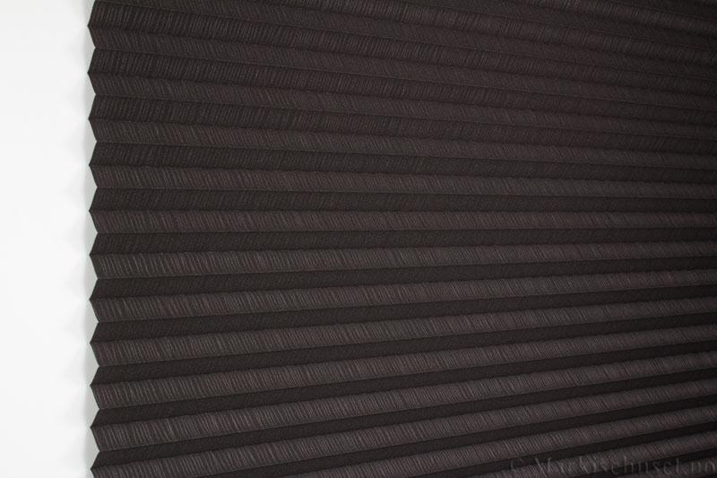 Plisségardin tekstil Lino Gloss 290588-4812 Bronse/Antrasitt farge. Bildet er tatt med lys forfra.
