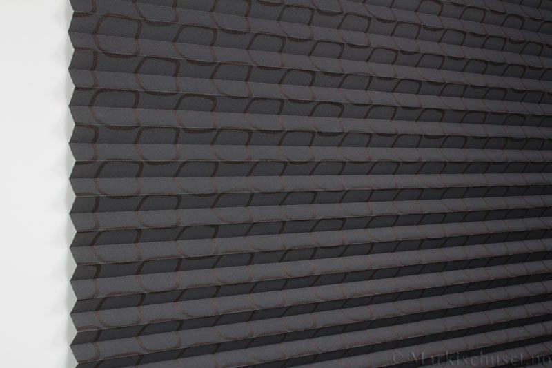 Plisségardin tekstil Retro Gloss 290589-4812 Bronse/Antrasitt farge. Bildet er tatt med lys forfra.