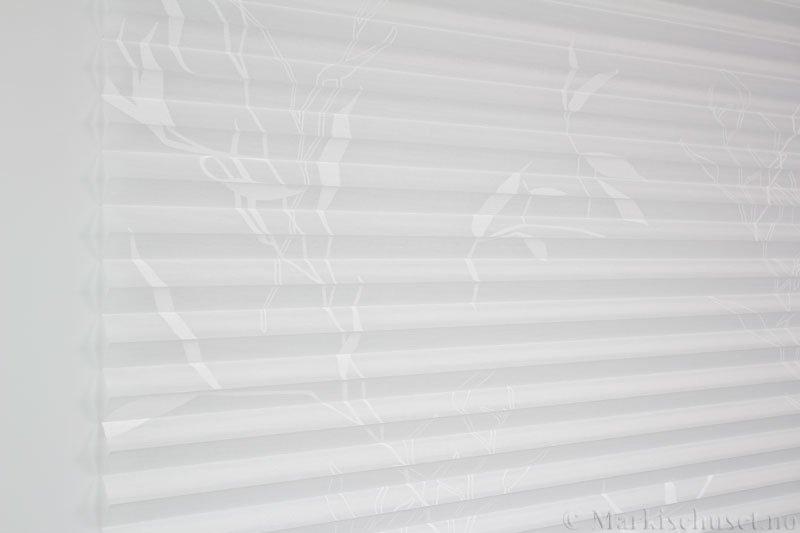 Plisségardin tekstil Bambus Sheer 290591-0204 Eggehvit farge. Bildet er tatt med lys forfra.