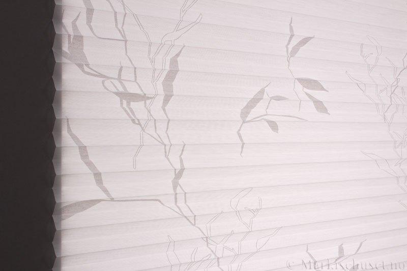 Plisségardin tekstil Bambus Sheer 290591-0204 Eggehvit farge. Bildet er tatt med lys bakfra.