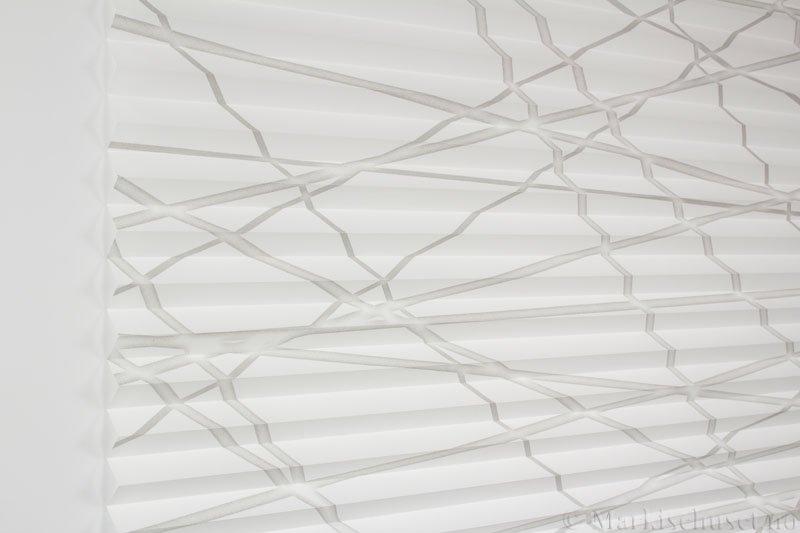 Plisségardin tekstil Laser Gloss 290594-1250 Sølv/Hvit farge. Bildet er tatt med lys forfra.