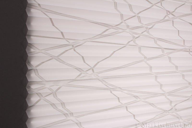 Plisségardin tekstil Laser Gloss 290594-1250 Sølv/Hvit farge. Bildet er tatt med lys bakfra.