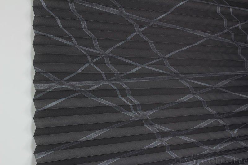 Plisségardin tekstil Laser Gloss 290594-1750 Grå/Sølv farge. Bildet er tatt med lys forfra.