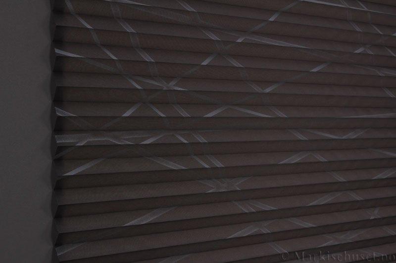 Plisségardin tekstil Laser Gloss 290594-1750 Grå/Sølv farge. Bildet er tatt med lys bakfra.