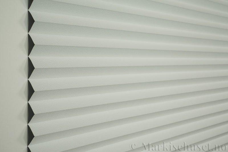 Plisségardin tekstil Niluna 290705-0204 Eggehvit farge. Bildet er tatt med lys forfra.