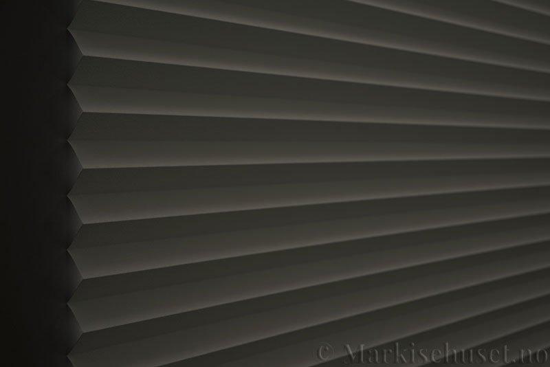 Plisségardin tekstil Niluna 290705-0204 Eggehvit farge. Bildet er tatt med lys bakfra og litt lys forfra.
