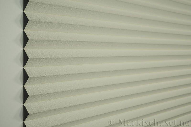 Plisségardin tekstil Niluna 290705-0450 Lys lin farge. Bildet er tatt med lys forfra.
