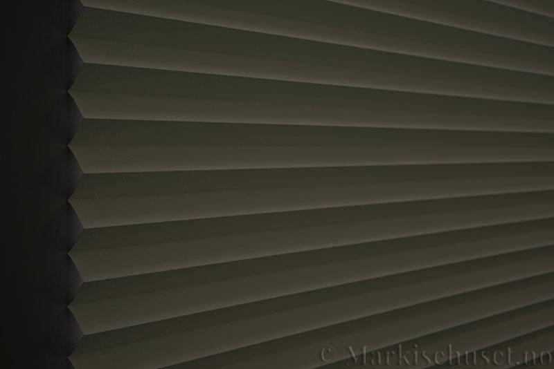 Plisségardin tekstil Niluna 290705-0450 Lys lin farge. Bildet er tatt med lys bakfra og litt lys forfra.