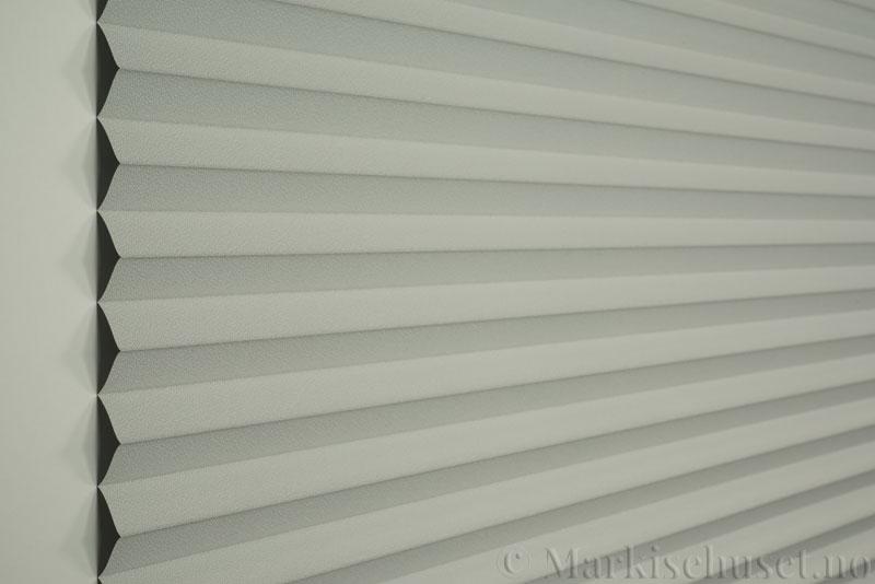 Plisségardin tekstil Niluna 290705-0999 Delfingrå farge. Bildet er tatt med lys forfra.