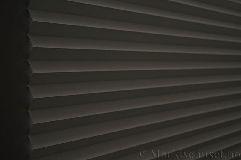 Plisségardin tekstil Niluna 290705-0999 Delfingrå farge. Bildet er tatt med lys bakfra og litt lys forfra.