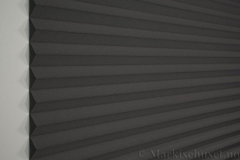 Plisségardin tekstil Niluna 290705-1510 Mellomgrå farge. Bildet er tatt med lys forfra.