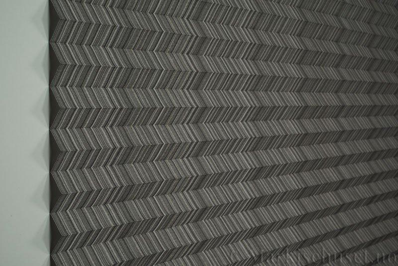 Plisségardin tekstil Mistral 290707-1250 Grå/Sort farge. Bildet er tatt med lys forfra.
