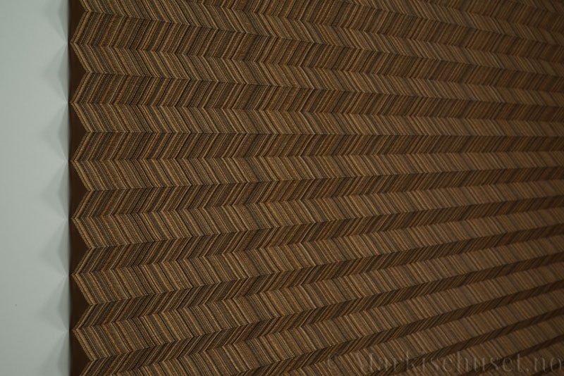 Plisségardin tekstil Mistral 290707-4374 Gull farge. Bildet er tatt med lys forfra.
