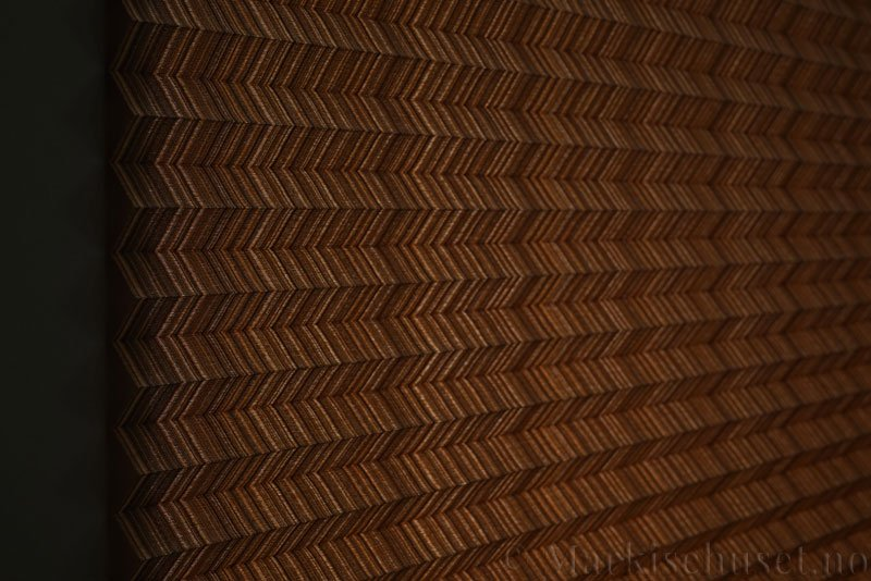 Plisségardin tekstil Mistral 290707-4374 Gull farge. Bildet er tatt med lys bakfra.