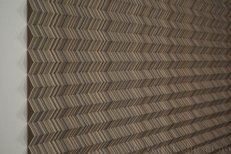 Plisségardin tekstil Mistral 290707-4650 Champagne farge. Bildet er tatt med lys forfra.