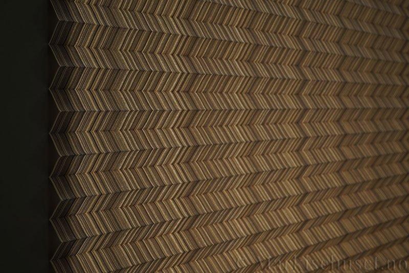 Plisségardin tekstil Mistral 290707-4650 Champagne farge. Bildet er tatt med lys bakfra.