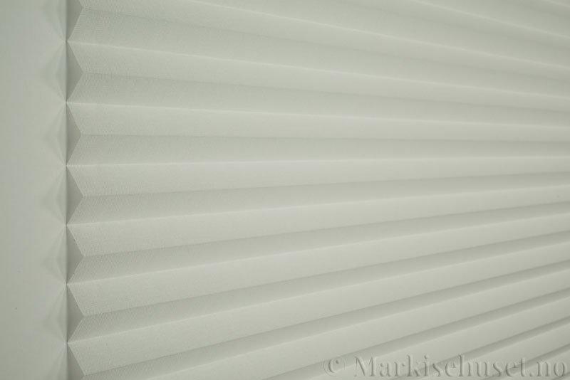 Plisségardin tekstil Lumina Sheer Dustblock 290708-0103 Snøhvit farge. Bildet er tatt med lys forfra.