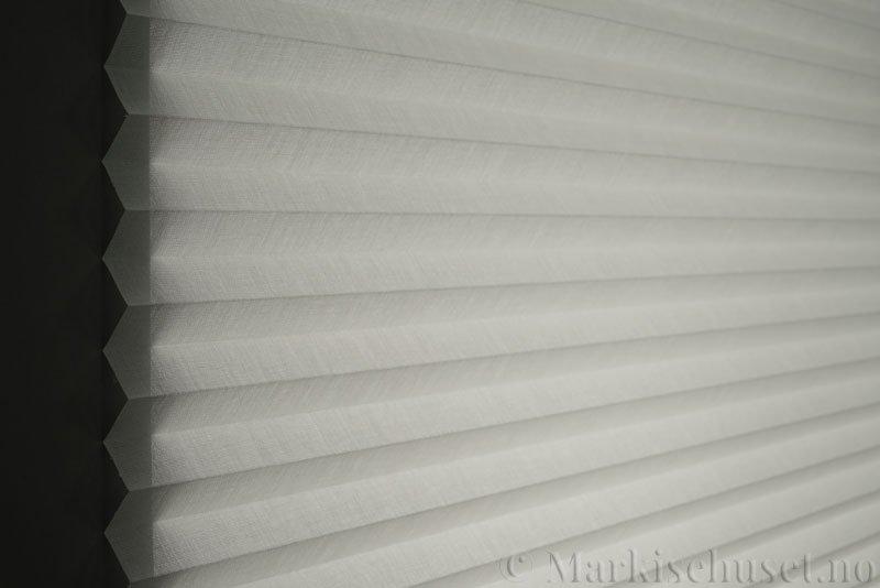 Plisségardin tekstil Lumina Sheer Dustblock 290708-0103 Snøhvit farge. Bildet er tatt med lys bakfra.