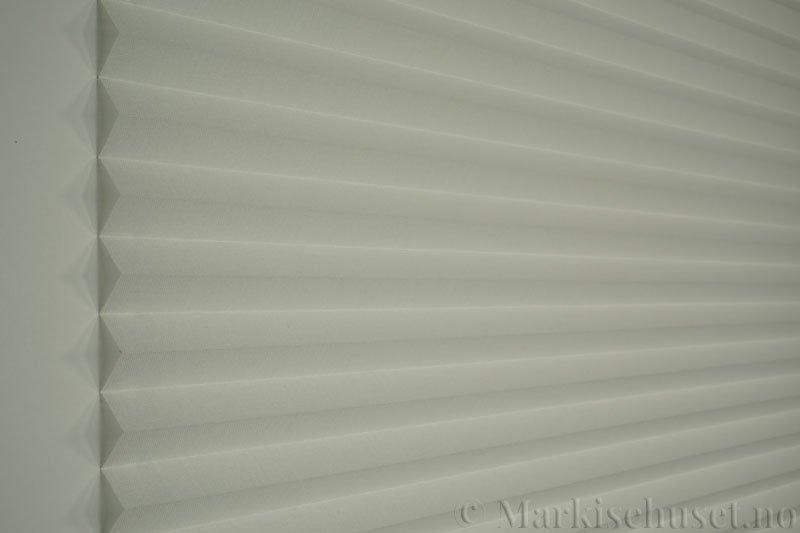 Plisségardin tekstil Lumina Sheer Dustblock 290708-0204 Eggehvit farge. Bildet er tatt med lys forfra.
