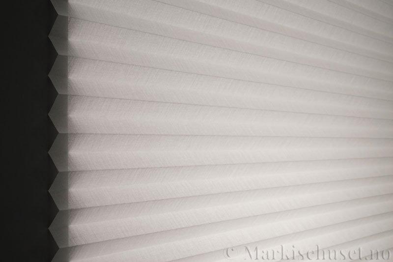 Plisségardin tekstil Lumina Sheer Dustblock 290708-0204 Eggehvit farge. Bildet er tatt med lys bakfra.
