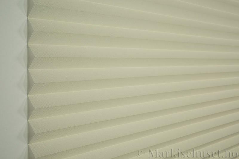 Plisségardin tekstil Lumina Sheer Dustblock 290708-0500 Bomullshvit farge. Bildet er tatt med lys forfra.