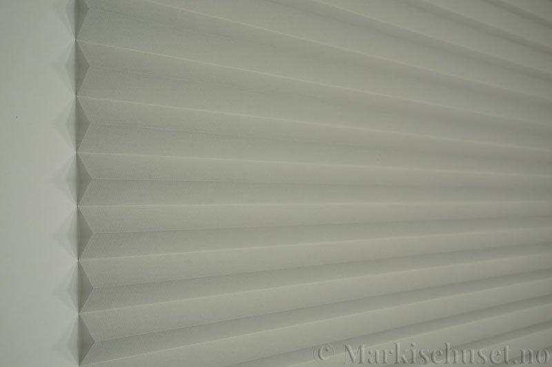 Plisségardin tekstil Lumina Sheer Dustblock 290708-0999 Delfingrå farge. Bildet er tatt med lys forfra.