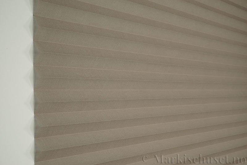 Plisségardin tekstil Lumina Sheer Dustblock 290708-1320 Elefantgrå farge. Bildet er tatt med lys forfra.