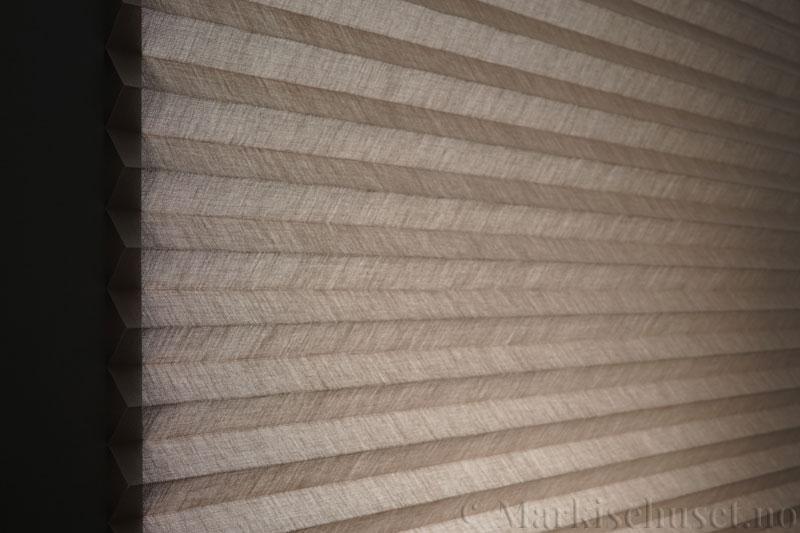Plisségardin tekstil Lumina Sheer Dustblock 290708-1320 Elefantgrå farge. Bildet er tatt med lys bakfra.
