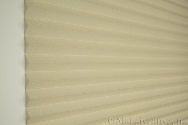 Plisségardin tekstil Lumina Sheer Dustblock 290708-4630 Østersgrå farge. Bildet er tatt med lys forfra.