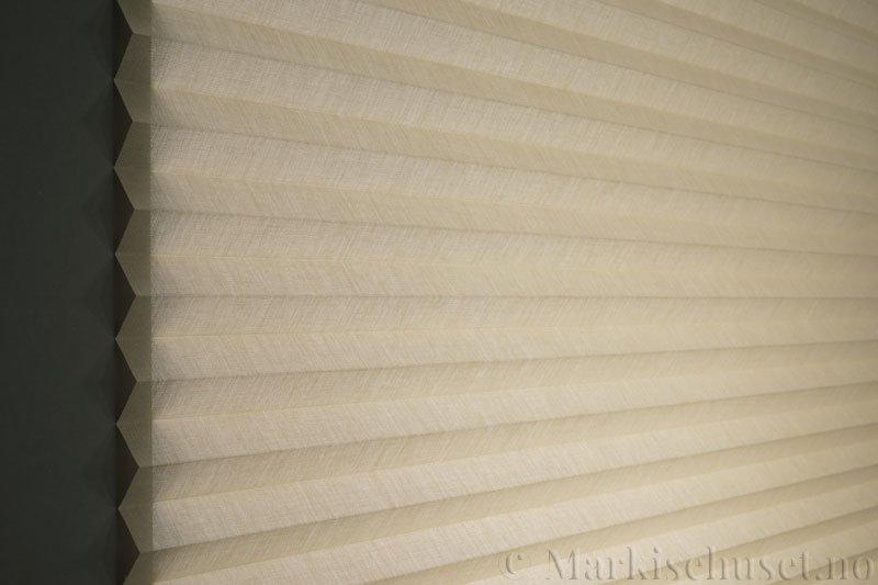 Plisségardin tekstil Lumina Sheer Dustblock 290708-4630 Østersgrå farge. Bildet er tatt med lys bakfra.