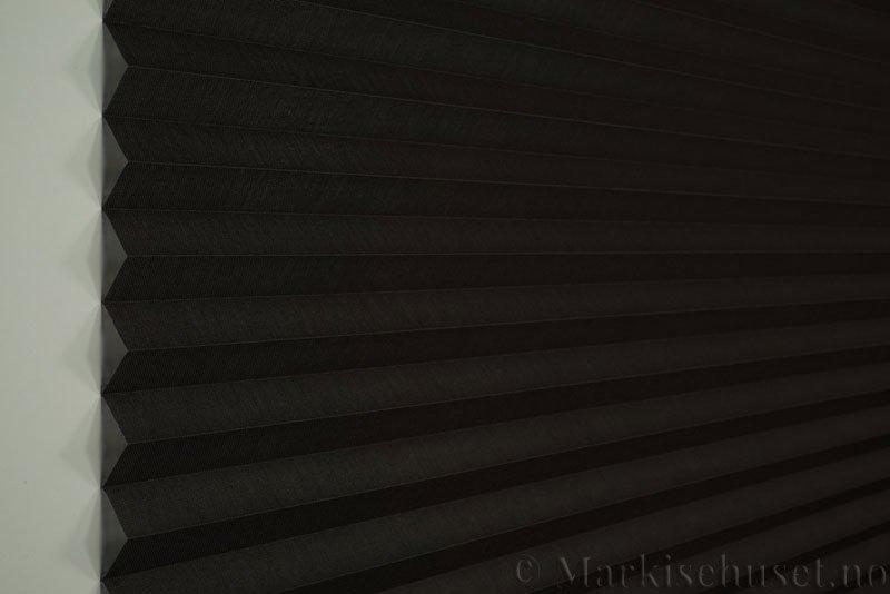 Plisségardin tekstil Lumina Sheer Dustblock 290708-4935 Sjokoladebrun farge. Bildet er tatt med lys forfra.