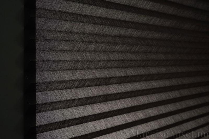 Plisségardin tekstil Lumina Sheer Dustblock 290708-4935 Sjokoladebrun farge. Bildet er tatt med lys bakfra.