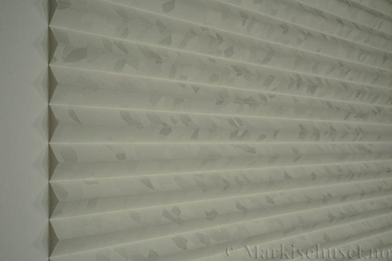 Plisségardin tekstil Crystal Topar Plus 290717-0103 Snøhvit farge. Bildet er tatt med lys forfra.