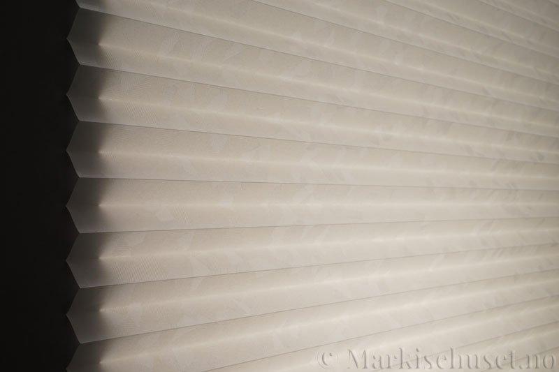 Plisségardin tekstil Crystal Topar Plus 290717-0103 Snøhvit farge. Bildet er tatt med lys bakfra.