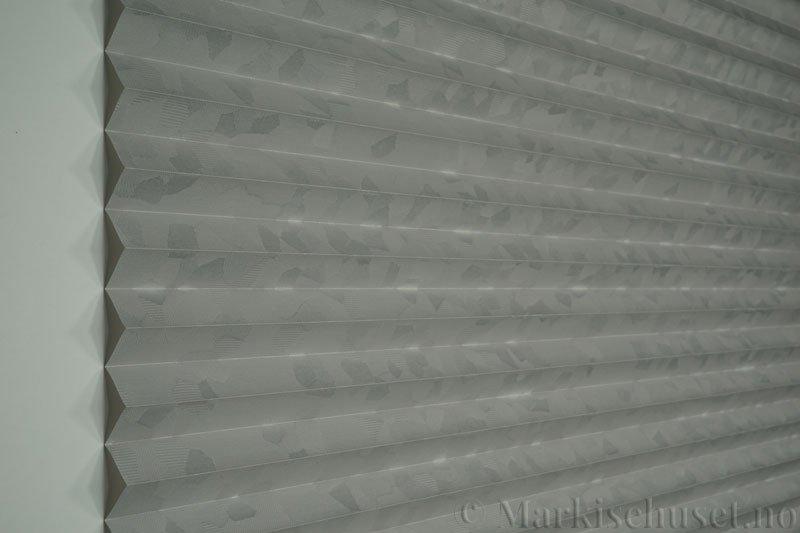 Plisségardin tekstil Crystal Topar Plus 290717-1320 Elefantgrå farge. Bildet er tatt med lys forfra.