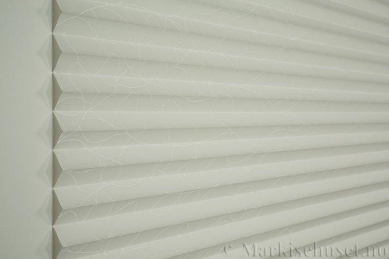 Plisségardin tekstil Foliage Topar Plus 290718-0103 Snøhvit farge. Bildet er tatt med lys forfra.