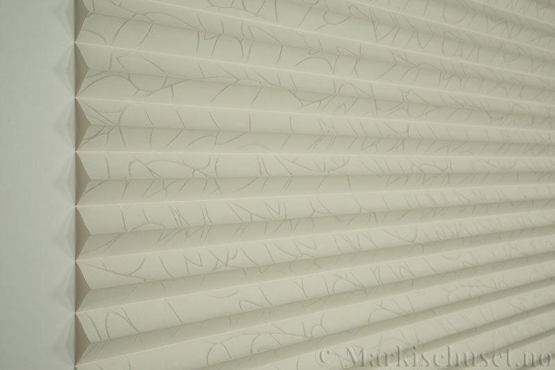Plisségardin tekstil Foliage Topar Plus 290718-0256 Offwhite farge. Bildet er tatt med lys forfra.