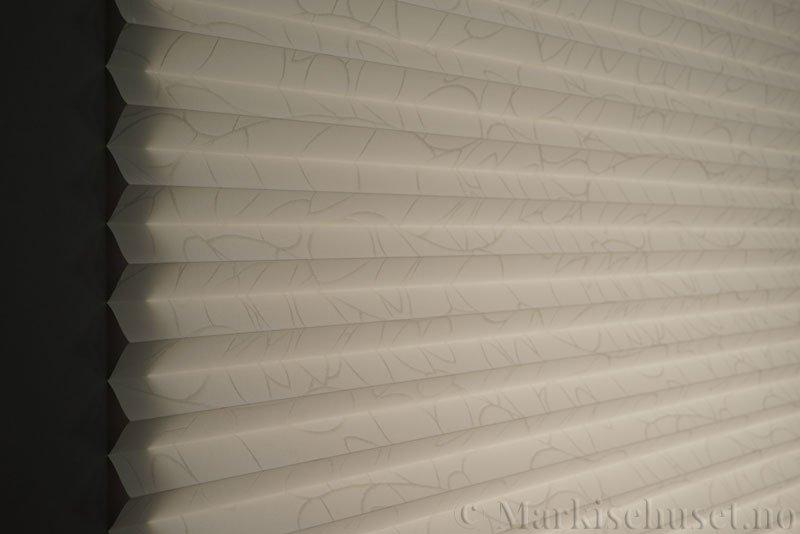 Plisségardin tekstil Foliage Topar Plus 290718-0256 Offwhite farge. Bildet er tatt med lys bakfra.