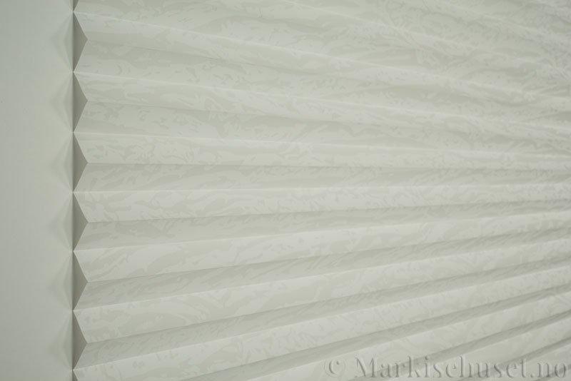 Plisségardin tekstil Abora Gloss 290724-0204 Eggehvit farge. Bildet er tatt med lys forfra.