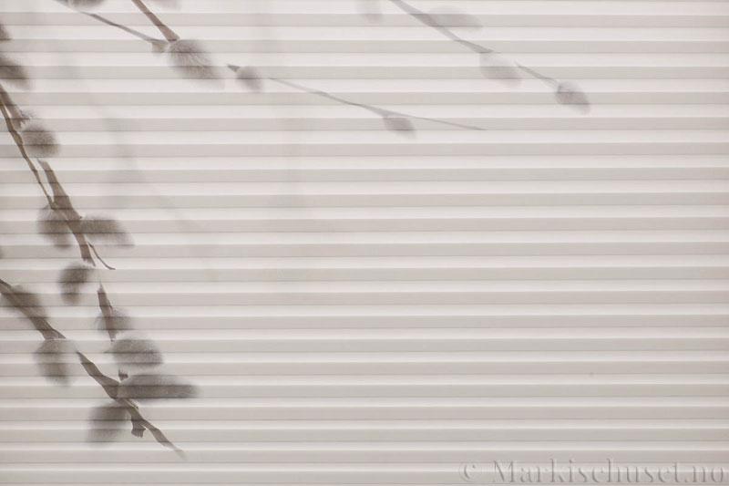 Plisségardin tekstil Chintz Topar Plus DigiDesign 290900-0009 Grener motiv. Bildet er tatt med lys forfra.