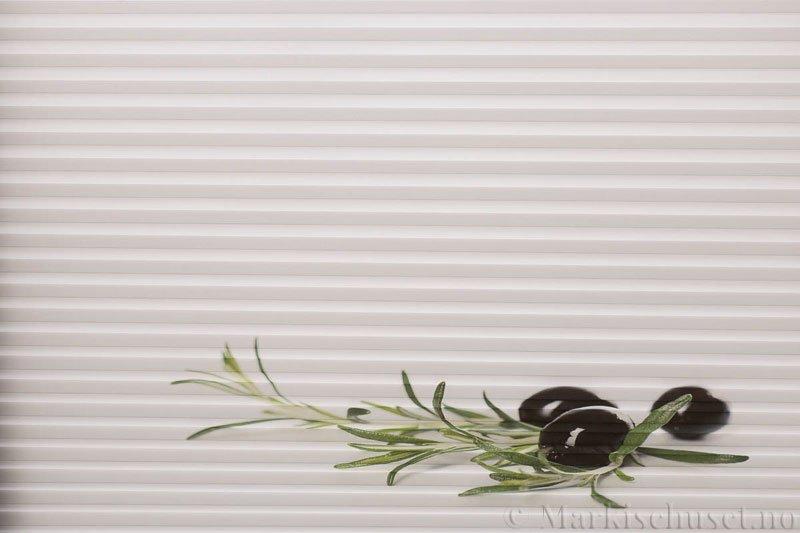 Plisségardin tekstil Chintz Topar Plus DigiDesign 290900-0010 Oliven motiv. Bildet er tatt med lys forfra.