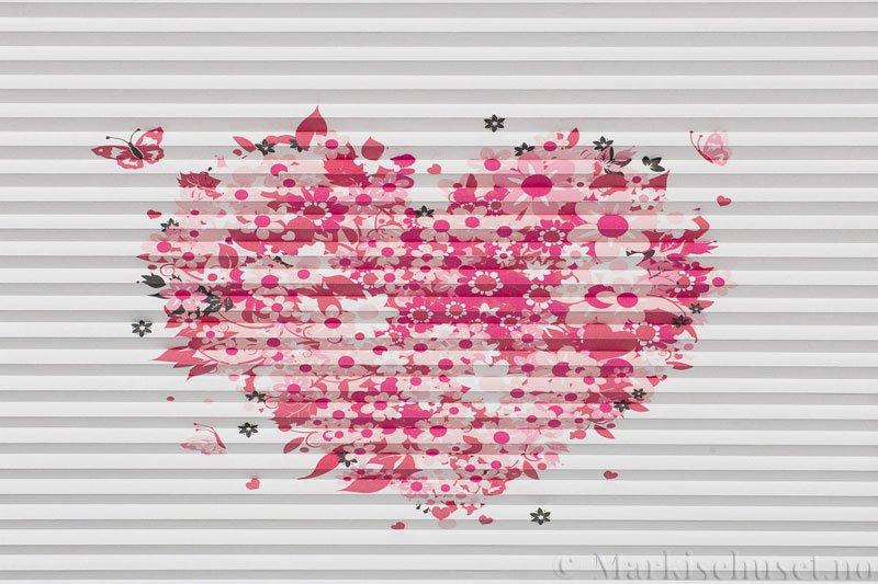 Plisségardin tekstil Niluna DigiDesign 290901-0006 Blomsterhjerte motiv. Bildet er tatt med lys forfra.