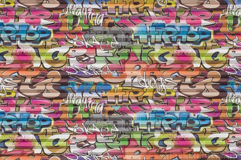 Plisségardin tekstil Niluna DigiDesign 290901-0007 Graffiti motiv. Bildet er tatt med lys forfra.