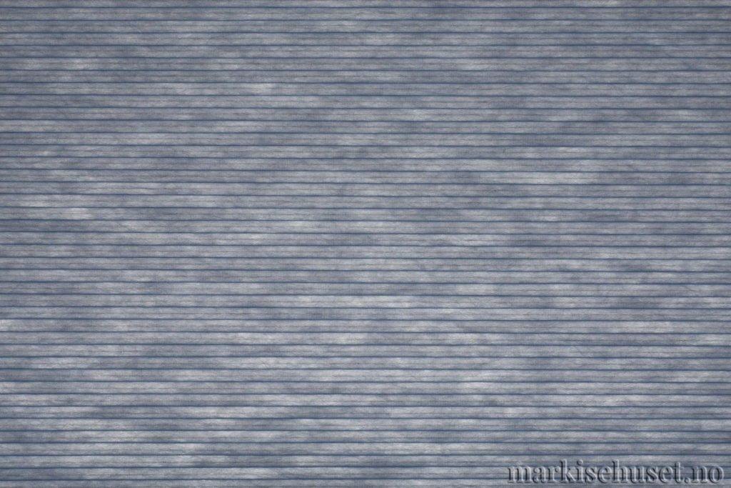 """Duette tekstil i serien Duotone 25mm. Farge: """"Cote d'Azur"""". Bildet er tatt med lys bakfra."""