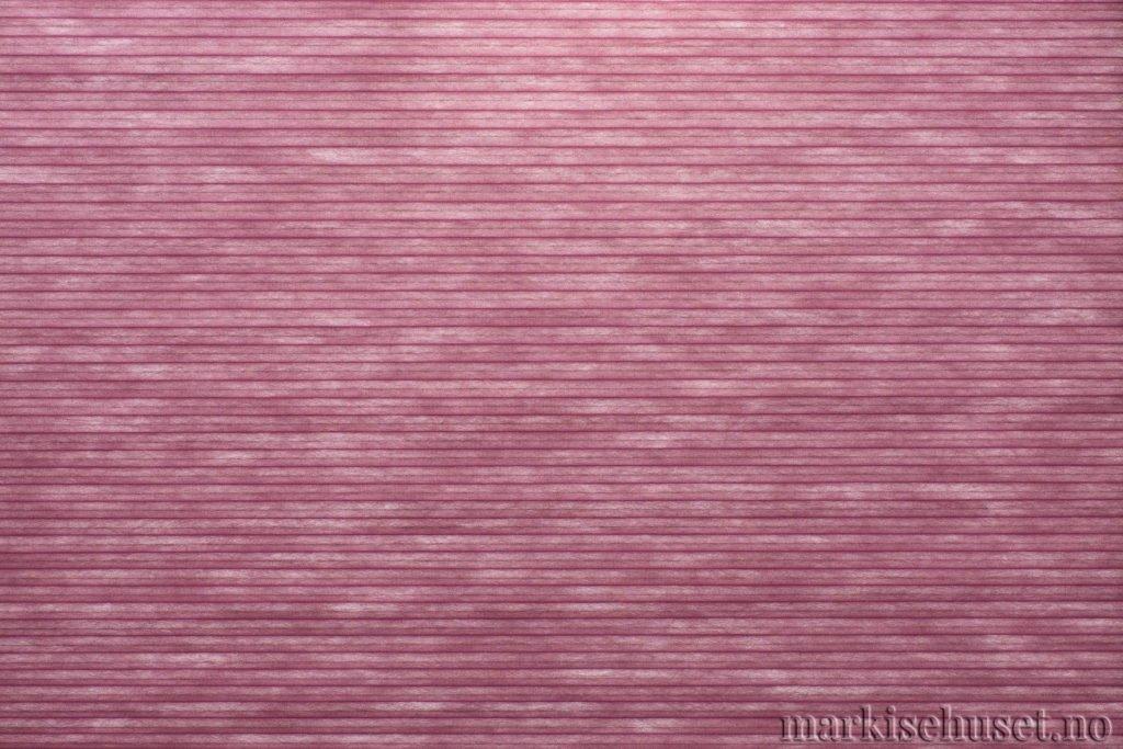 """Duette tekstil i serien Duotone 25mm. Farge: """"Mulberry Wood red"""". Bildet er tatt med lys bakfra."""