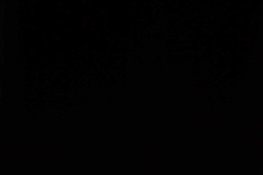 Rullegardin serien Blackout FR XL 244504-4570-5, bildet er tatt med lys bakfra.