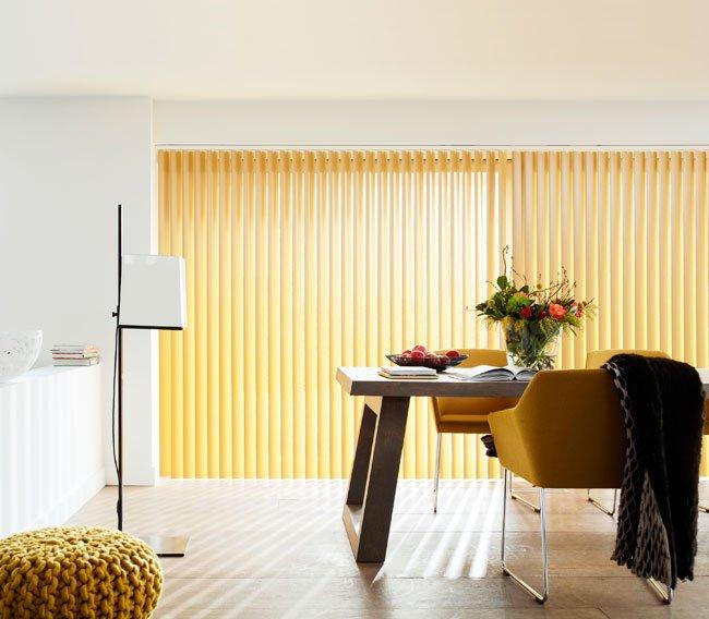 Lamellgardin i kjøkken farge gul.